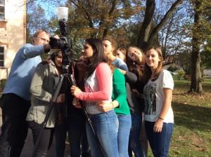Schülerinnen kontrollieren das Ergebnis.